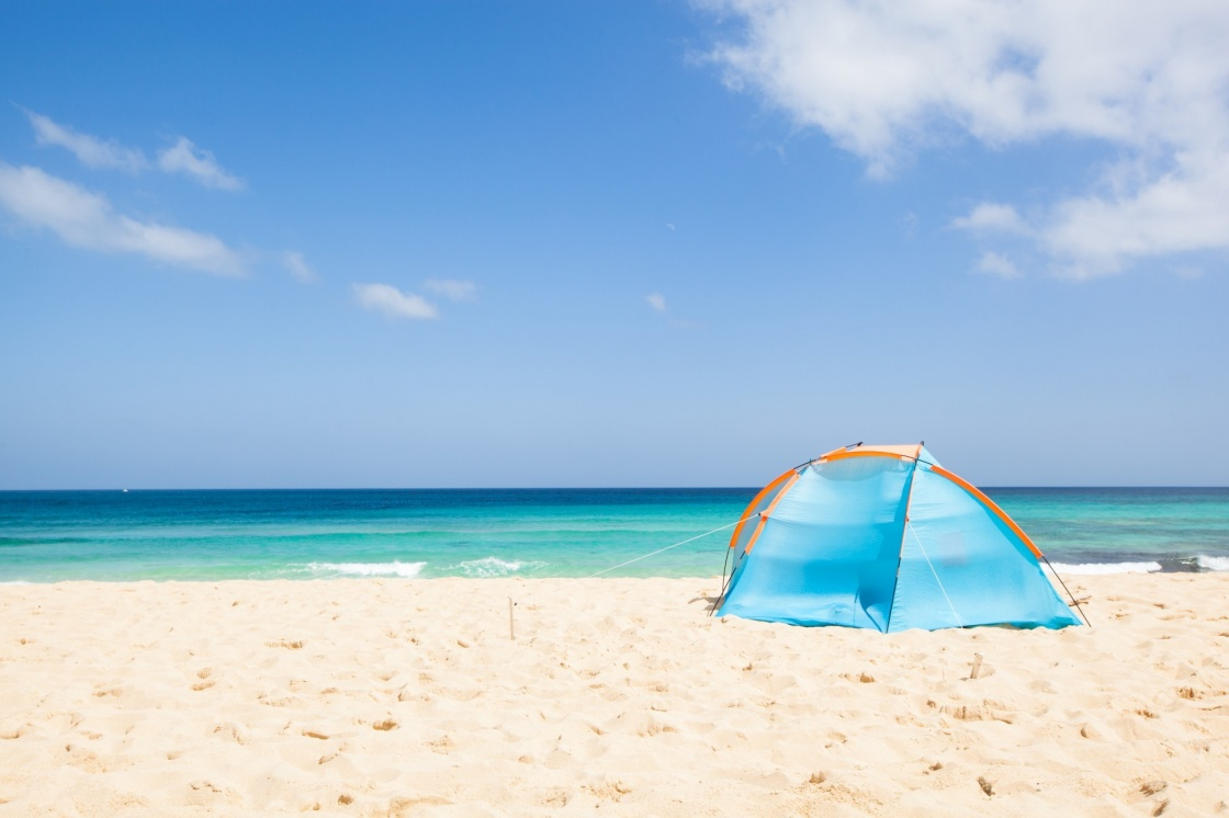 'camping with a tent at a lonesome beach with a turquoise sea and blue sky in the background, Fuerteventura, Canary Islands, Spain, Europe' - Kanaren